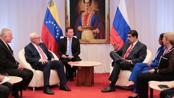 El vicecanciller ruso Serguéi Riabkov, junto al presidente de Venezuela, Nicolás Maduro  - Sputnik Mundo