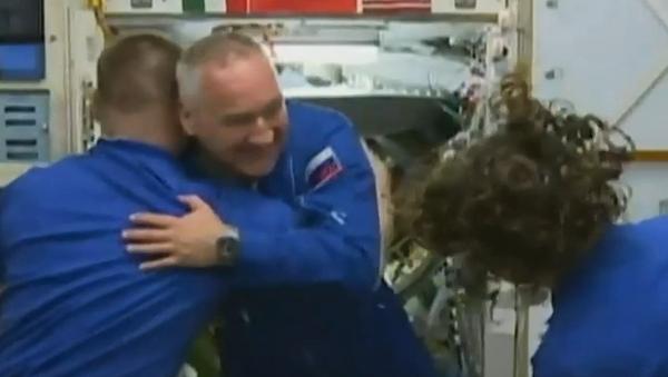 Llega a la EEI la tripulación de la Soyuz MS-13 - Sputnik Mundo