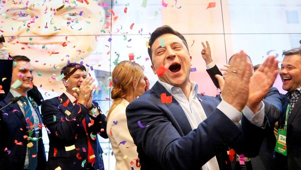 El presidente de Ucrania, Volodymyr Zelenskiy, festeja su victoria electoral (archivo) - Sputnik Mundo