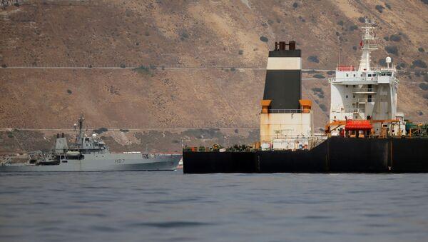 Buque de la Marina Real británica y el petrolero iraní Grace 1 - Sputnik Mundo