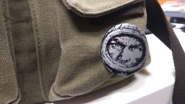 Un pin del protagonista de 'El eternauta' en una mochila, en la actualidad - Sputnik Mundo