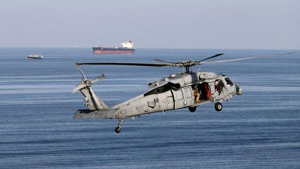 Helicóptero MH-60S sobrevolando el estrecho de Ormuz - Sputnik Mundo