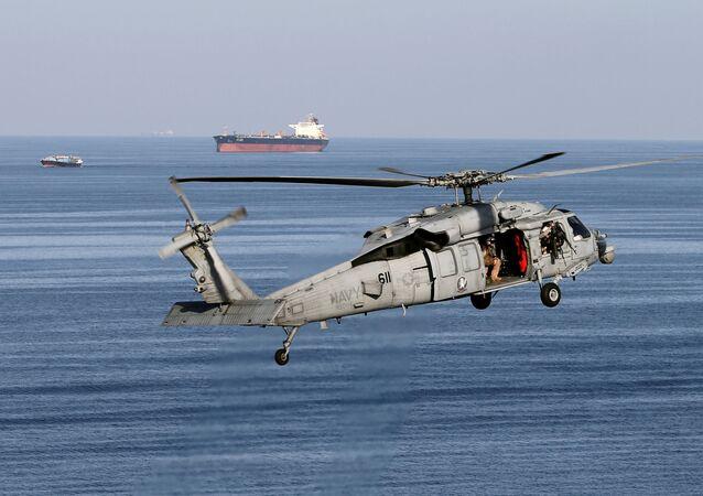 Helicóptero MH-60S sobrevolando el estrecho de Ormuz