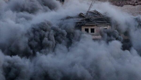 Un edificio palestino bombardeado por las fuerzas israelíes en la aldea de Sur Baher en la Cisjordania ocupada por Israel, el 22 de julio de 2019 - Sputnik Mundo