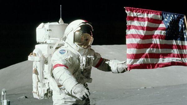 Bandera de EEUU en la Luna puesta durante la misión Apolo 17 (archivo) - Sputnik Mundo