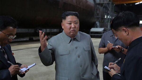 El líder norcoreano, Kim Jong-un, inspecciona el submarino de nueva construcción - Sputnik Mundo