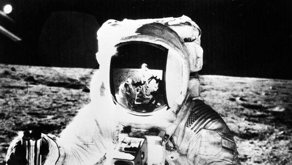 Un astronauta estadounidense en la superficie de la Luna - Sputnik Mundo