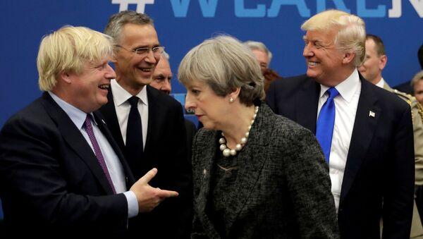 El recién elegido líder de los Conservadores, Boris Johnson, y la primera ministra británica saliente, Theresa May - Sputnik Mundo