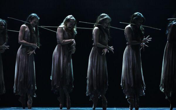 Las Wilis en el ballet 'Giselle' por Akram Khan - Sputnik Mundo