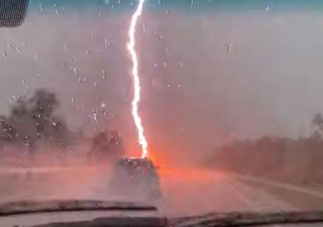 ¡Y se rompió el cielo! Un potente relámpago casi impacta en un auto en EEUU