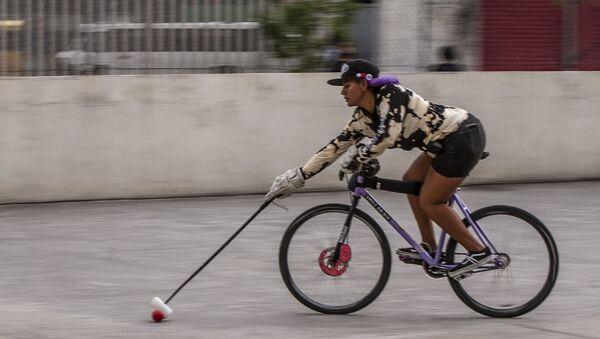 Ciudad de México. Jugadora de bici-polo durante uno de los entrenamientos de bici-polo en la capital mexicana - Sputnik Mundo