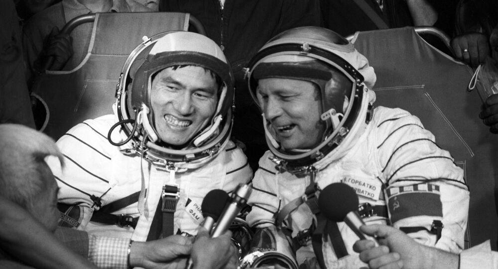 El cosmonauta vietnamita Pham Tuan junto al cosmonauta soviético Viktor Gorbatko responden a la prensa minutos después del aterrizaje
