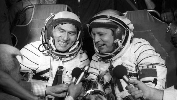 El cosmonauta vietnamita Pham Tuan junto al cosmonauta soviético Viktor Gorbatko responden a la prensa minutos después del aterrizaje  - Sputnik Mundo
