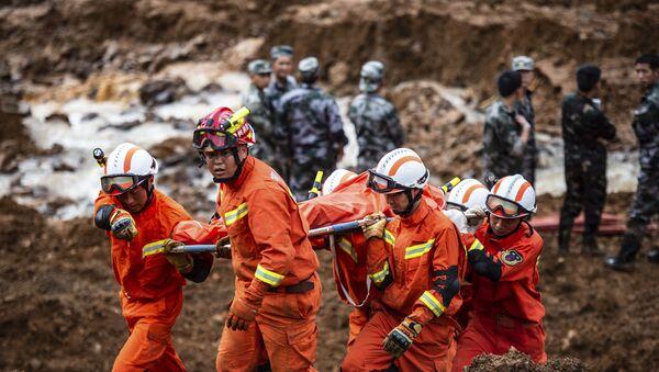 Equipos de rescate en el lugar del deslizamiento de tierra en China - Sputnik Mundo