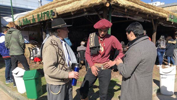 Personas vestidas con ropas típicas gauchezcas en la Exposición Rural de Buenos Aires de 2019 - Sputnik Mundo