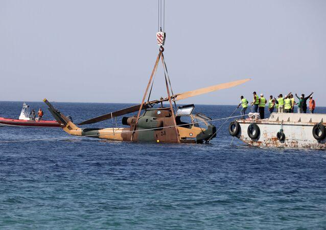 Um helicóptero militar es sumergido en el mar Rojo
