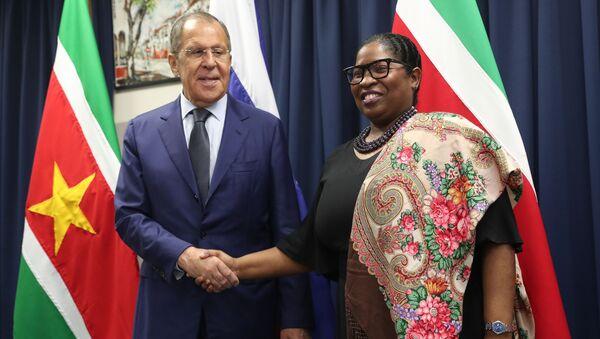 El ministro de Exteriores de Rusia, Serguéi Lavrov, con su par de Surinam, Yldiz Pollack-Beighle - Sputnik Mundo