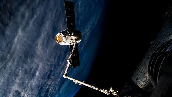El carguero espacial Dragon se acopla a la EEI (archivo) - Sputnik Mundo