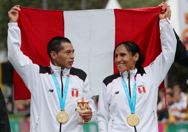Christian Pacheco y Gladys Tejeda tras recibir oro en la maratón de los XVIII Juegos Panamericanos Lima 2019, el 27 de julio de 2019