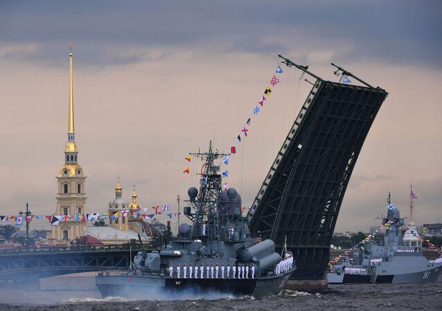 Los portamisiles ligeros del Proyecto 1234 Passat (izquierda) y del proyecto 21631 Serpujov (derecha) desfilan durante la celebración del Día de la Armada.