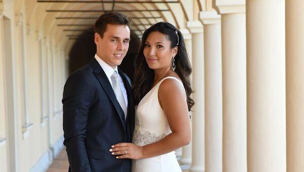 Louis Ducruet, nieto de Grace Kelly, y su novia Marie Chevallier el día de su boda civil - Sputnik Mundo