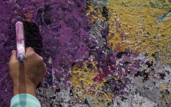 María del Carmen Volante, pintando el mural dedicado a su hija desaparecida en la ciudad de México - Sputnik Mundo