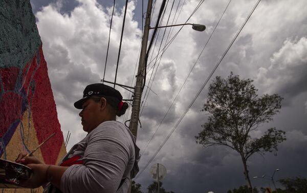 Integrante del Colectivo Buscando a Nuestrxs Desaparecidxs cdmx, pinta el mural dedicado a Pamela Gallardo Volante, en la alcaldía Tlalpan de la ciudad de México - Sputnik Mundo