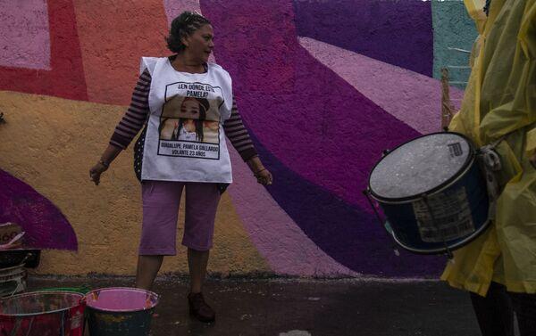 María del Carmen Volante, durante la confección del mural dedicado a su hija desaparecida en la ciudad de México - Sputnik Mundo