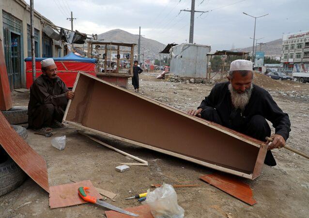 Fabricación de ataúdes en Afganistán