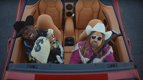 Vídeo de la canción 'Old Town Road' de Lil Nas X y Billy Ray Cyrus - Sputnik Mundo