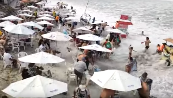 Fuertes olas golpean la costa del estado de Río de Janeiro, Brasil - Sputnik Mundo