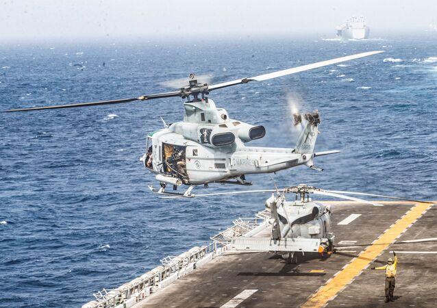 Un helicóptero militar de EEUU despega de la fragata en el golfo de Omán
