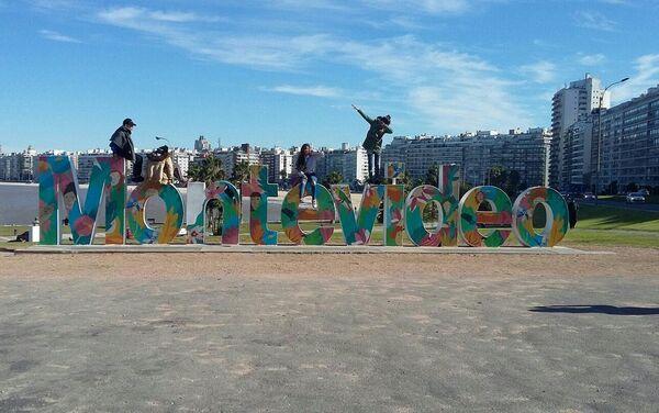 Adolescentes del taller Conociendo Montevideo en la rambla - Sputnik Mundo