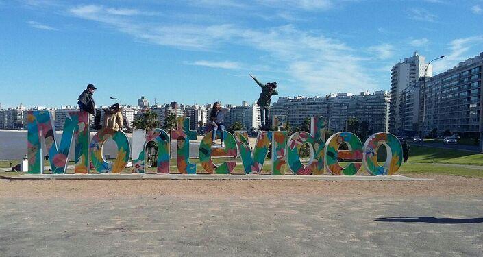 Adolescentes del taller Conociendo Montevideo en la rambla