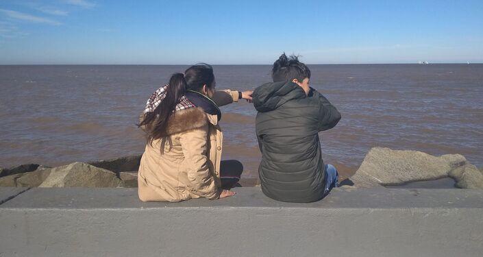 Participantes del taller Conociendo Montevideo en la rambla del Río de la Plata