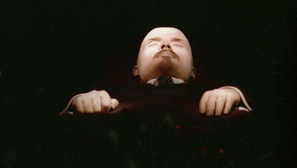 El cuerpo embalsamado de Vladímir Lenin, en exposición en el interior de su mausoleo en la Plaza Roja - Sputnik Mundo