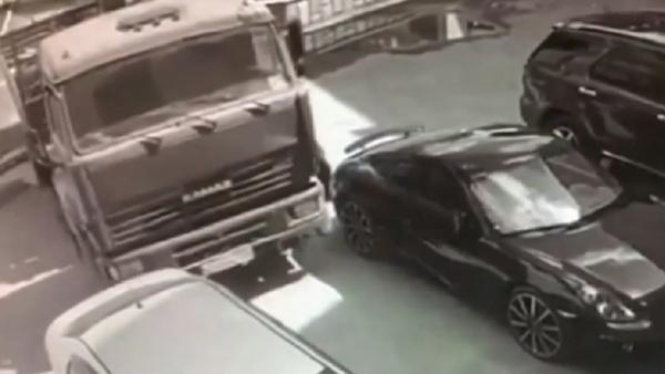 Un 'superman' ruso logra detener un camión en movimiento con sus manos (vídeo) - Sputnik Mundo