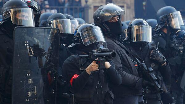 Los policias franceses durante las protestas antigubernamentales de chalecos amarillos en París (abril de 2019) - Sputnik Mundo