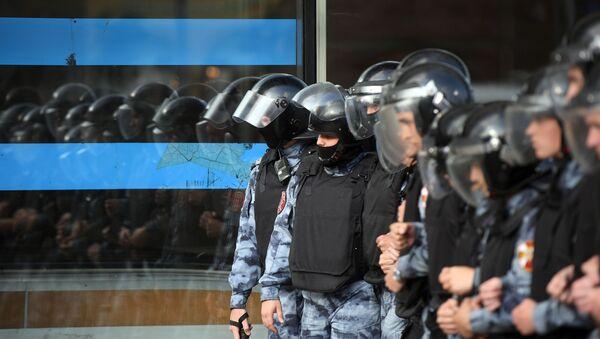 Policía de Moscú durante la manifestación de la oposición - Sputnik Mundo