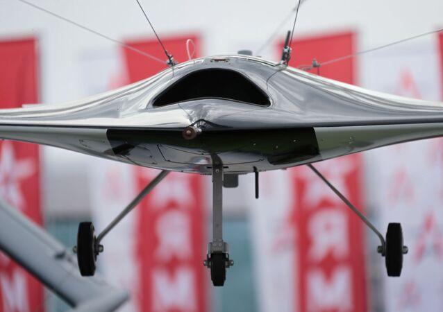 Maqueta voladora del dron ruso S-70 Ojotnik