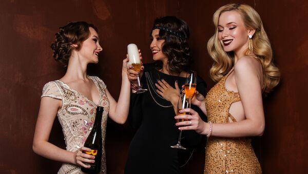 Unas mujeres toman el champán - Sputnik Mundo
