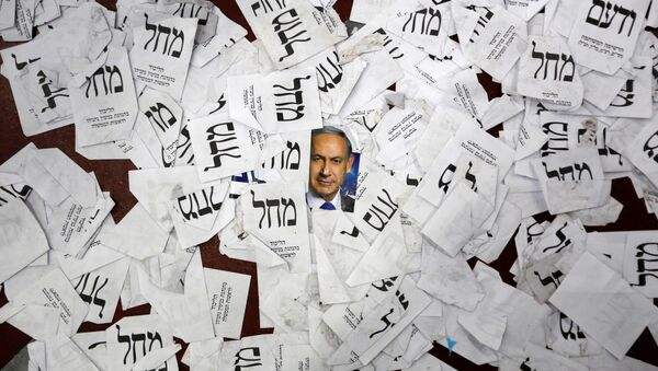 La foto del primer ministro israelí, Benjamin Netanyahu, y las papeletas del partido Likud - Sputnik Mundo
