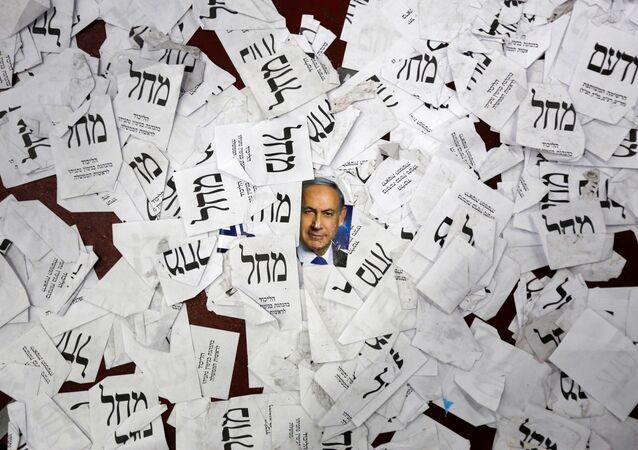 La foto del primer ministro israelí, Benjamin Netanyahu, y las papeletas del partido Likud