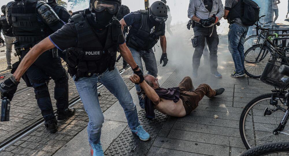 Unos policías arrestan a un hombre durante una protesta en Nantes el 3 de agosto de 2019