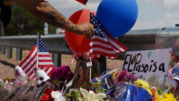 La bandera de EEUU en el lugar deluto por las víctimas del tiroteo en El Paso - Sputnik Mundo