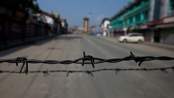 Alambre de púas en una carretera desierta durante las restricciones en Srinagar, Cachemira - Sputnik Mundo