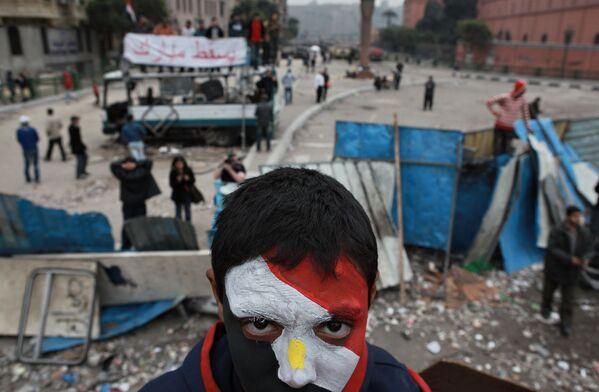 Сторонник оппозиции с лицом, раскрашенным в цвета государственного флага Египта, на баррикадах на площади Тахрир в Каире - Sputnik Mundo