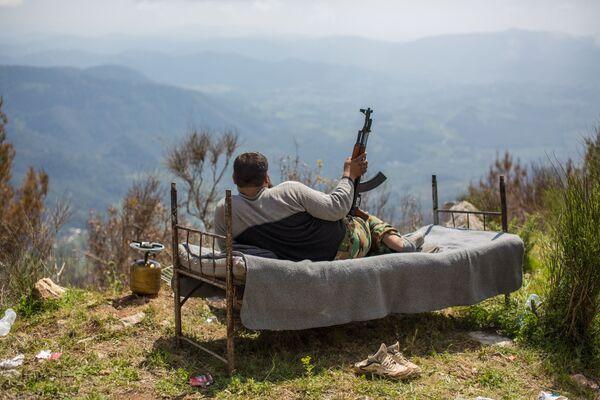 Сирийский солдат лежит на кровати на господствующей высоте у города Кесаб - Sputnik Mundo
