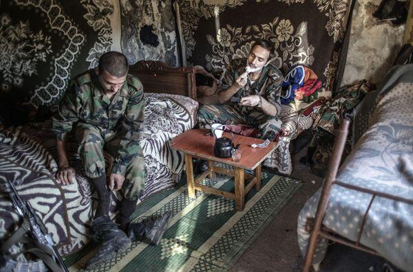 Солдаты правительственных войск неподалеку от турецкой границы - Sputnik Mundo