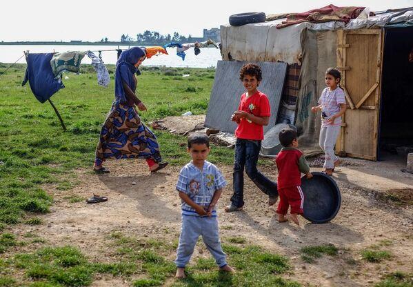 Стоянка сирийских бедуинов-беженцев возле поселка Квешра на севере Ливана рядом с границей с Сирией - Sputnik Mundo